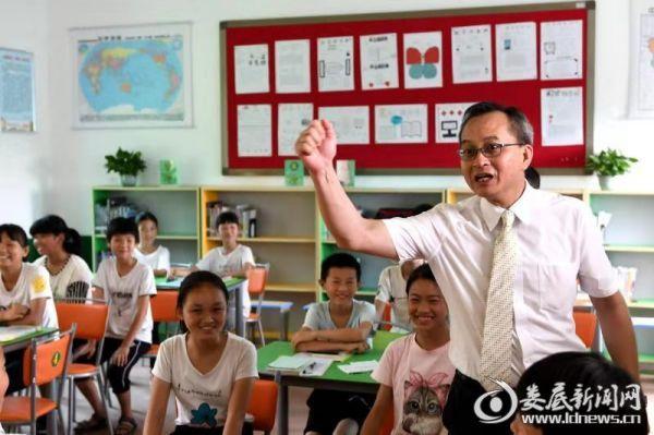 梁伟明给学生上阅读课