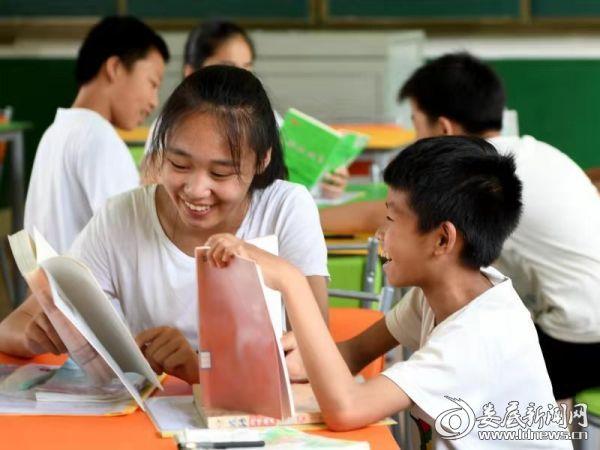 学生在图书馆阅读