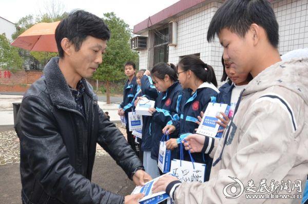 双峰八中副校长王爱兵为高中部学生颁发公益眼镜