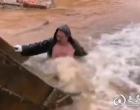 """娄底:一管道爆裂喷出近20米水柱 46岁""""冷水哥""""跳入冷水中抢修获赞"""