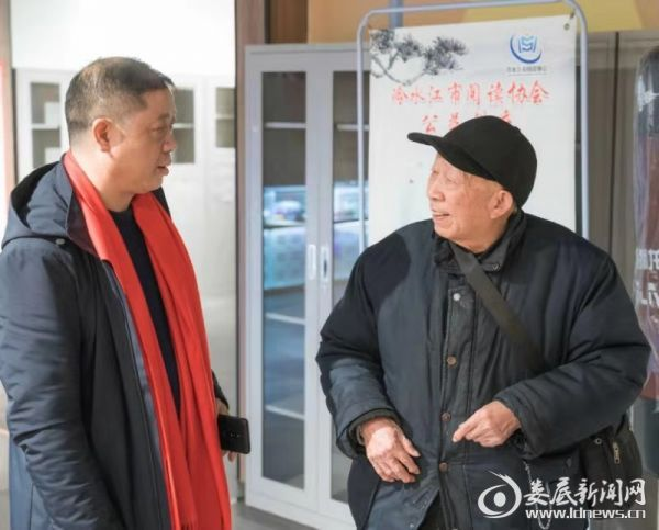 图一 朱平春先生和任贤老人