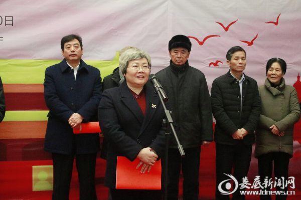 (市人大常委会党组书记、副主任候选人、一级巡视员石艳萍出席并宣布书画展开幕)