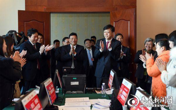 (刘非一行走进大会新闻中心,与新闻工作者一一握手,详细了解媒体驻会情况)