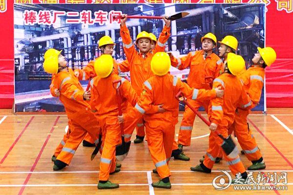 冷鋼棒線廠的情景表演《踏焰飛鏟》。熊又華 攝DSC_7616