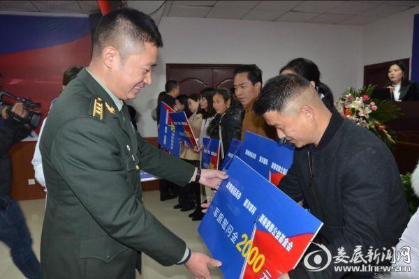 娄底军分区动员处处长胡长涛为新兵家属代表现场颁发军旅慰问金牌匾