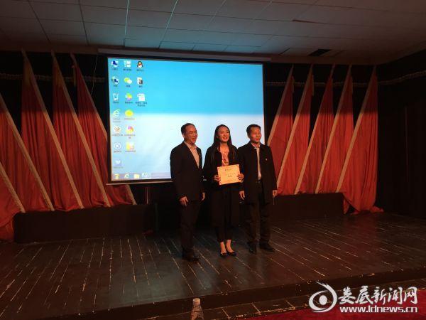 市环卫处党委书记、主任朱坤初为一等奖选手颁奖