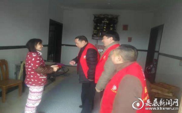 (副局长喻洪波慰问贫困户李定坪)