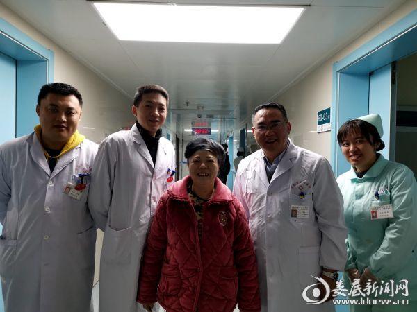 患者康复出院与医务人员合影留念