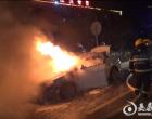 娄底:小车突然起火 消防火速扑救