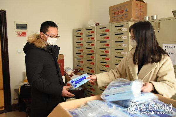 截至目前,全镇共购入口罩18200个,84消毒液10大件,全力确保好镇村干部在防控工作期间的公共卫生安全。