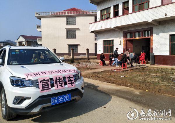 出动宣传车下村巡回宣传防控知识,快板等公益播音深受群众认可。