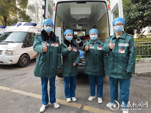 <p>护士长王旭容(右二)、 医师肖清露(右一)、护士熊立娟 (左二)、司机胡炎(左一)合影</p>