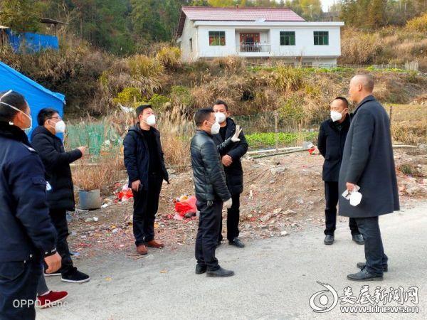 温塘镇党委副书记、镇长李洪涛在防控第一线指挥工作