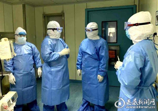 """李红辉院长(右二)在隔离病房了解""""新冠肺炎""""重症患者救治情况,指导疫情救治工作"""