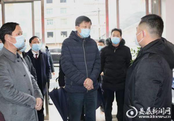 1月25日,大年初一,娄底市委书记、市人大常委会主任刘非在娄星区万宝镇儒阶冲村村民服务中心督导疫情防控工作