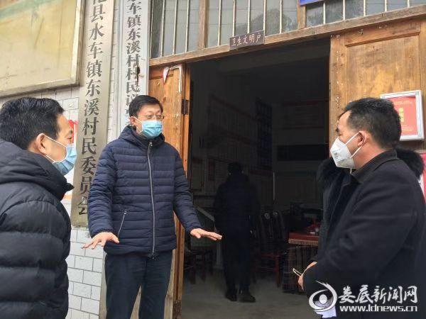 在新化县水车镇,刘非随机检查了东溪村疫情防控责任落实情况,向村支两委工作人员详细了解网格化管理的情况、疫情排查和防控措施