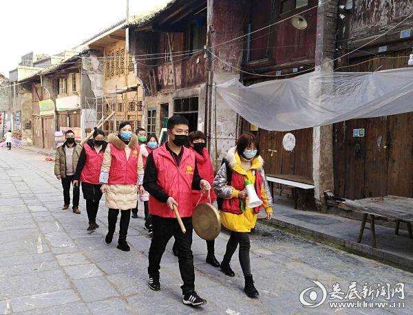 上梅红东外社区志愿服务小分队走街串巷进行宣传