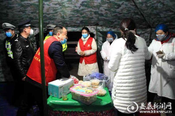 慈善志愿者协会青年公社志愿者为通宵值守的白衣天使和交警送去水果、鸡蛋,温暖了冬夜