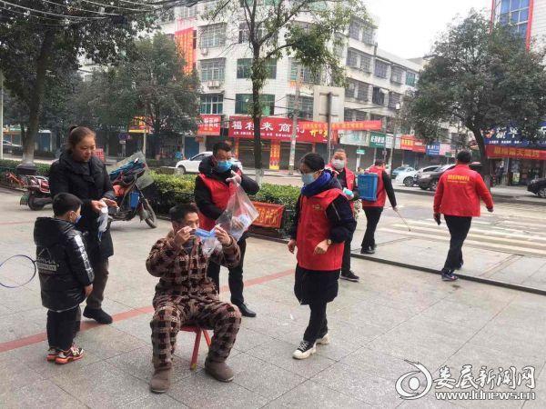 2月1日,涟源市爱心志愿者为城区街上没有带口罩的市民免费发放3个口罩并告知正确佩戴方式