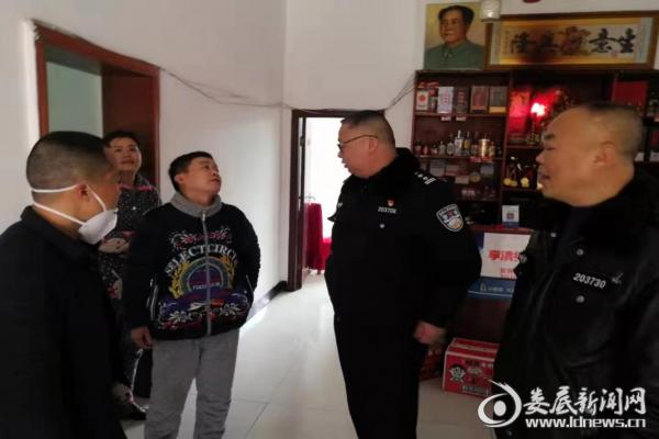 (市森林公安局民警在饭店进行清查)