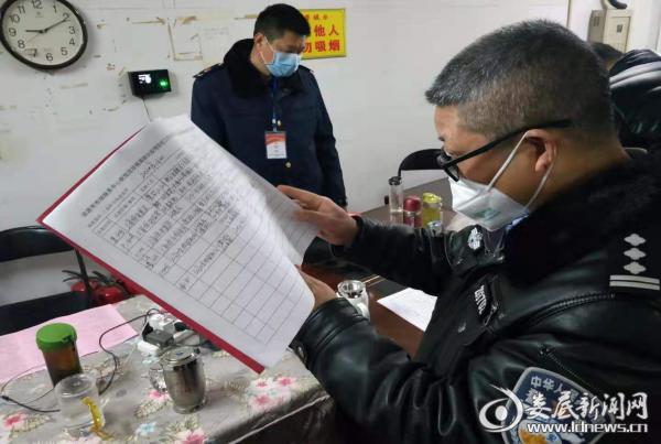 (市森林公安局政委李望初检查市场消毒、巡查记录)