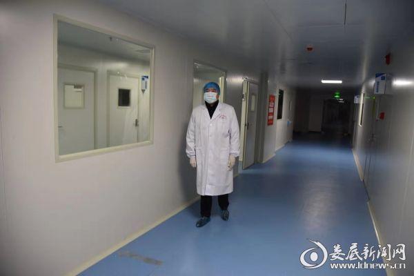 大年三十晚上,市疾控中心主任杨纲到实验室了解检验结果