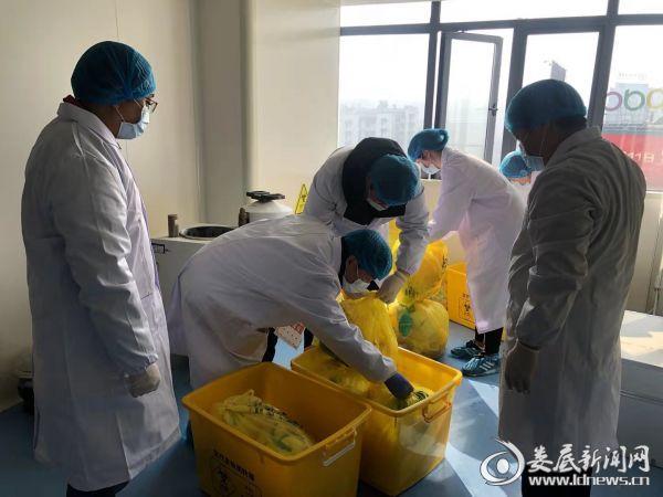 检验人员正在清理医用垃圾