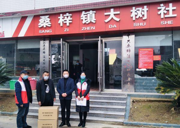富蕴县红十字会图片_暖心小伙向新化县捐赠5000只爱心口罩_娄底新闻网