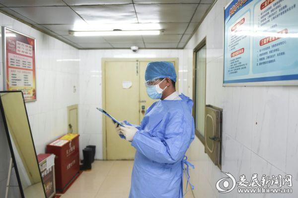 """刘永杰阅读""""新冠肺炎""""患者病历"""