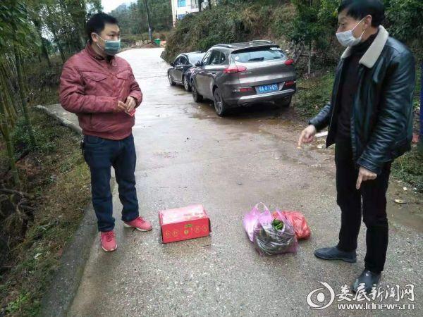 (湖霞村在给湖北返乡人员送水果和生活物资)
