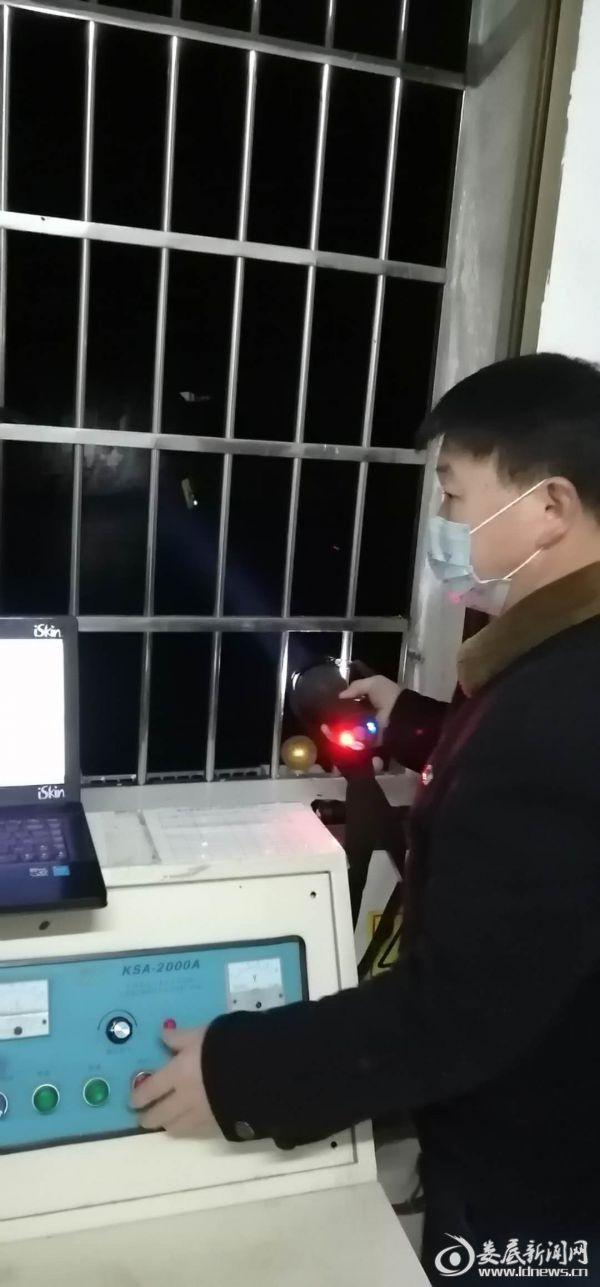 冷水江局晚上戴口罩测流