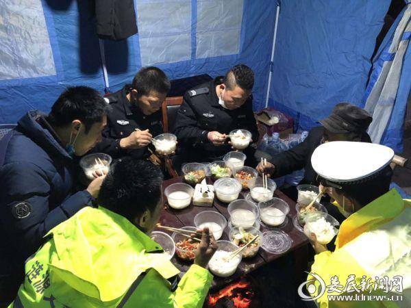 图为荷塘镇密丹村防疫检查点工作人员在检查点过元宵。