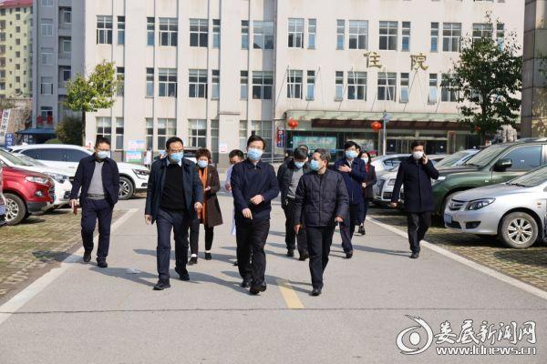 2月9日,新化县委副书记、县长左志锋一行来到新化县人民医院督查指导新冠肺炎疫情防控工作。