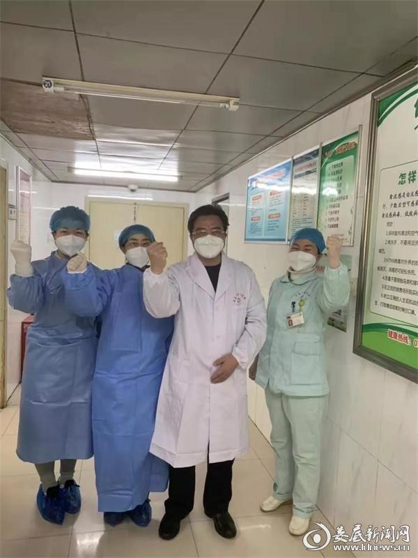 <p>李健(左一)与指导工作的院长李红辉(右二)合影</p>