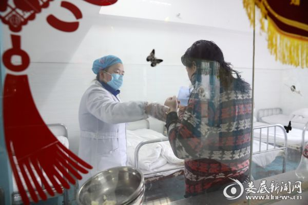 护士指导患者吃药