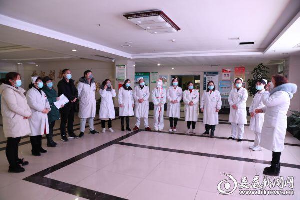 医院给即将出征的医务人员进行新冠状病毒防控强化培训