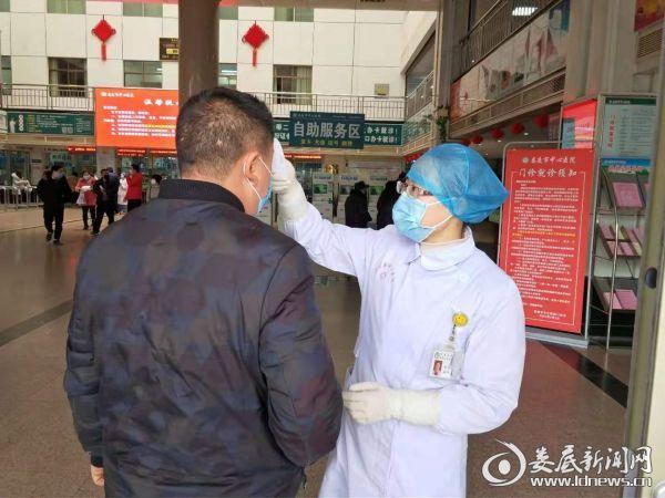 <p>门诊医务人员正在为患者测量体温</p>