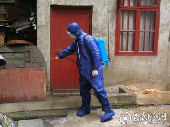 冷水江市疾控中心潘薇在居民区进行环境消毒(4)