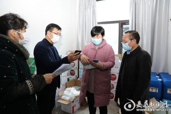 2月13日,市退役军人事务局党组书记、局长邹华在了解医疗物资储备情况