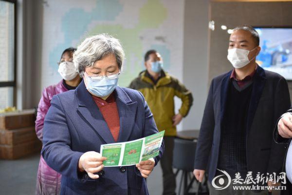 (石艷萍查看企業關于疫情防控的資料)