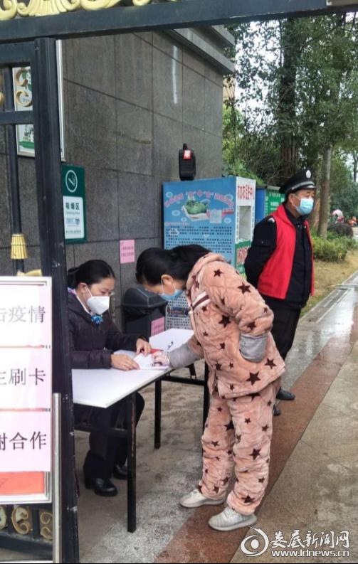 众一桂府物业经理曾海燕为小区进出人员进行信息采集和登记