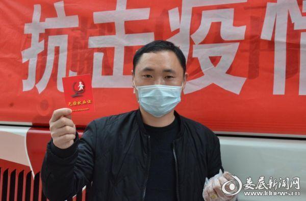 医院后勤部员工黄品辉第一次参加爱心献血