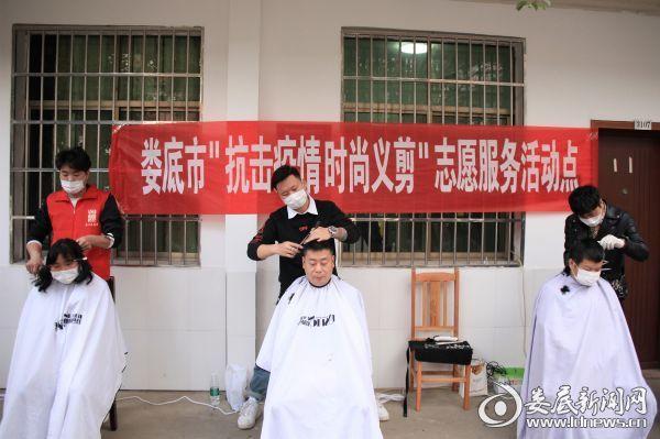 (2月19日-27日,30余名理发师和志愿者深入社区和单位,为全市900余名防疫一线工作人员义务理发,覆盖全市近70个社区(村)和20余家重点防疫单位、企业)