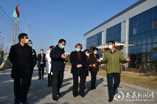 2月18日,石艳萍带队赴娄底经开区调研企业复工复产和疫情防控工作(黄诚摄)