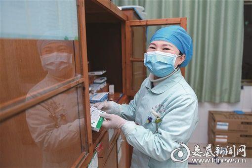 (2月5日,娄底市中心医院,说到近日有两位确诊病人出院,感染科护士长谭双燕非常开心)