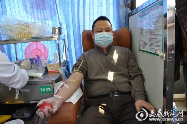 图为镇长邓静平正在献血