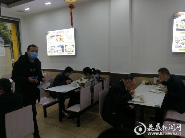 2百年吉祥饺子馆里顾客正在用餐