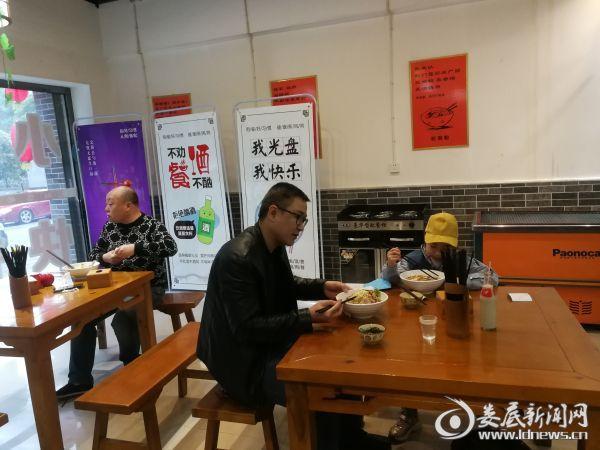 4裕湘粉田园菜馆里顾客正在用餐