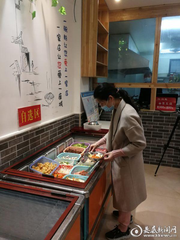 3裕湘粉田园菜馆里顾客在自选区选择食材