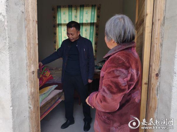 3月19日杨建平走访康祝香家查看被子